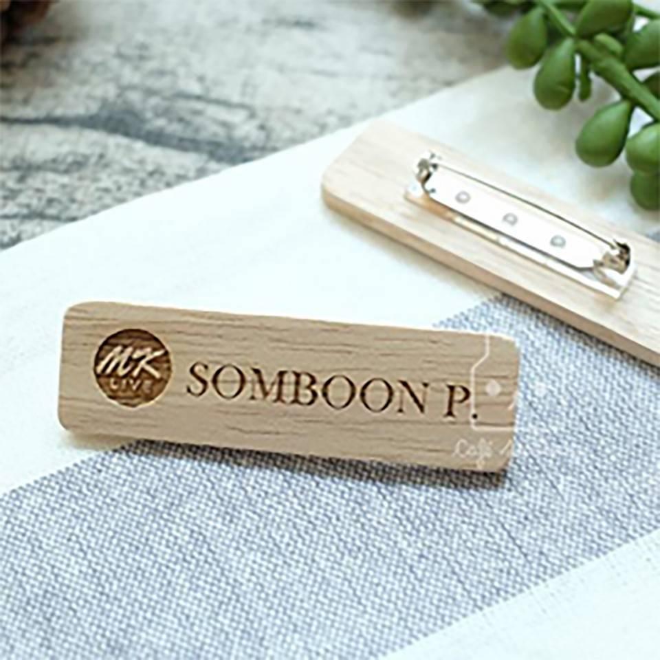 พวงกุญแจและเข็มกลัดไม้ by Cafe Stationn